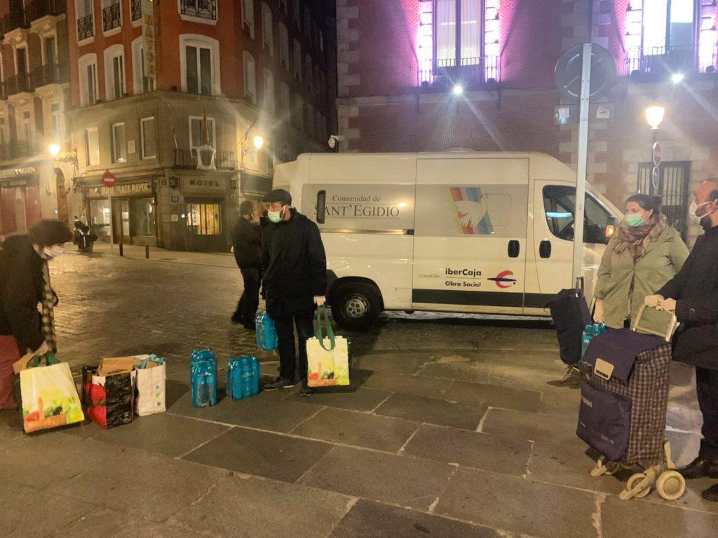 Sant'Egidio entrega comida a los sin techo